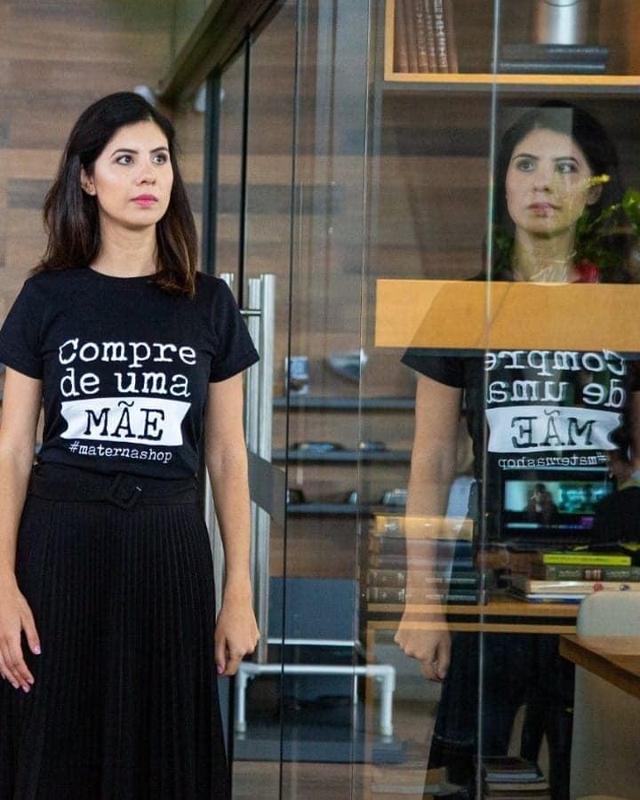 """Camiseta Feminina """"Compre de Uma Mãe"""""""