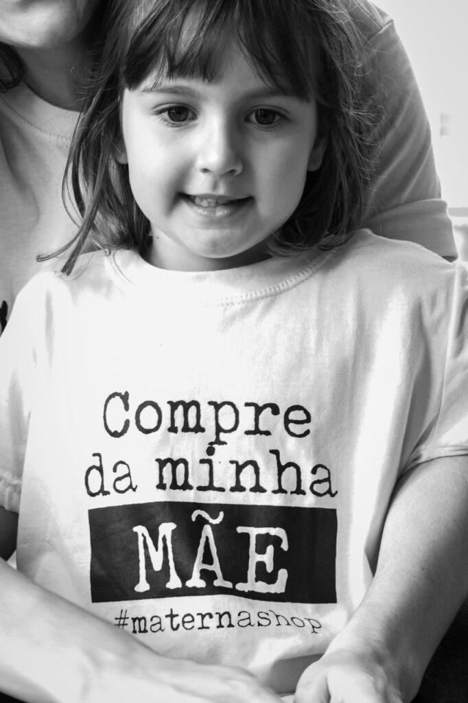 """Camiseta Infantil """"Compre da Minha Mãe"""""""